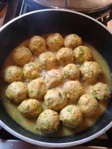 Le polpette rosolano nella salsa al curry