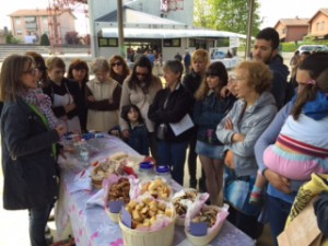 Antonella parla di pasta madre con alcuni visitatori della giornata del verde pulito a Casorezzo